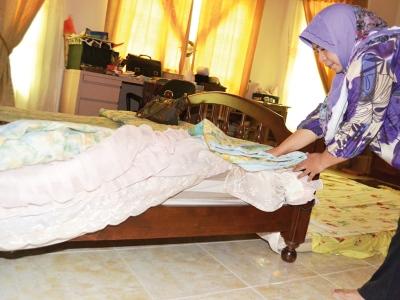 Suspek sempat menghantar SMS kepada teman wanitanya kerana terperangkap di dalam rumah Kamaruddin dan Che Norma (gambar) ketika bersembunyi di bawah katil.