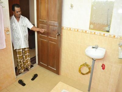 Kamaruddin menunjukkan tempat suspek berdiri ketika dia mahu masuk ke dalam bilik air.