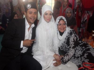 Pierre dan Nurhidayah bergambar bersama pelakon, Khatijah Tan yang juga ibu Pierre. - Foto ihsan Malaysian Digest