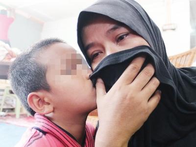 Ani ditenangkan anaknya selepas sebak menceritakan kisah hidupnya kepada wartawan di PMP.